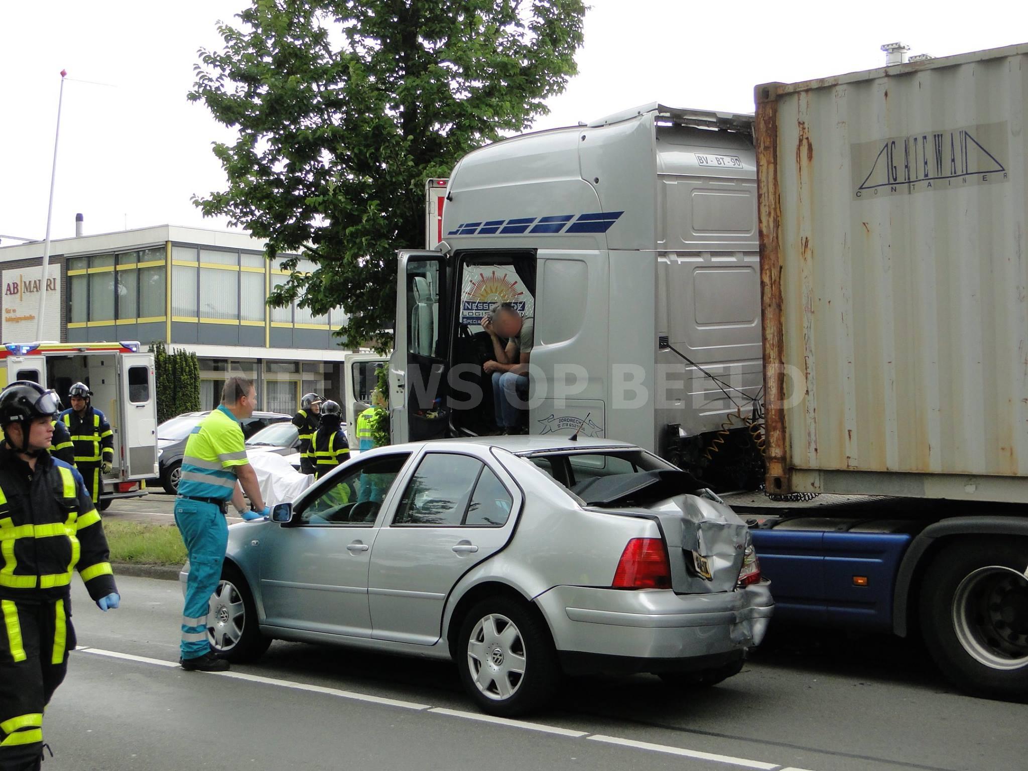 Drie gewonden na ongeval tussen vrachtwagens en auto Mijlweg Dordrecht