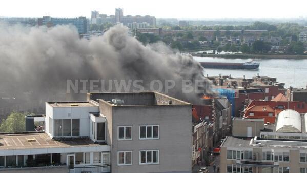 Grote uitslaande brand op dak van woning Voorstraat Dordrecht