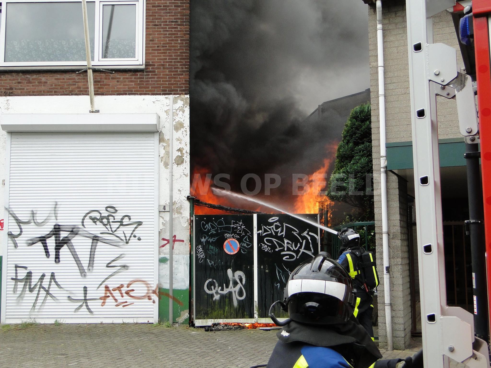 Felle brand onder afdek Markettenweg Dordrecht