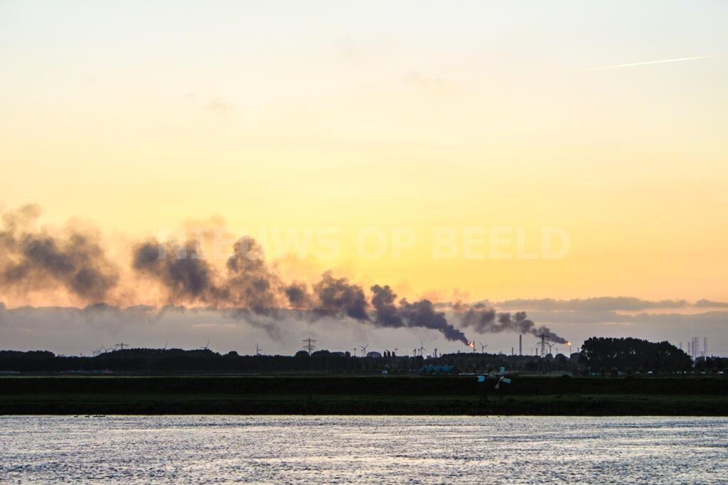 Stankoverlast en rookwolken door stroomstoring Botlekgebied Rotterdam