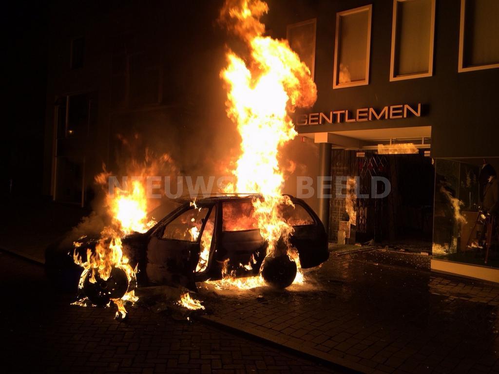 Auto in brand na ramkraak Gentlemen Mode Oost Voorstraat Oud-Beijerland