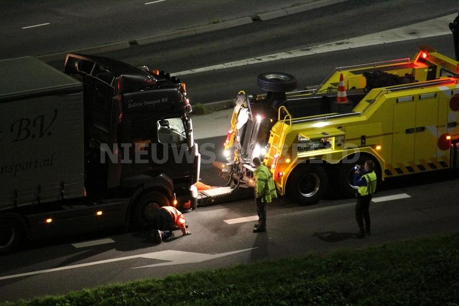 Weg gedeeltelijk afgesloten door vrachtwagen met pech Algeraweg Capelle aan den IJssel
