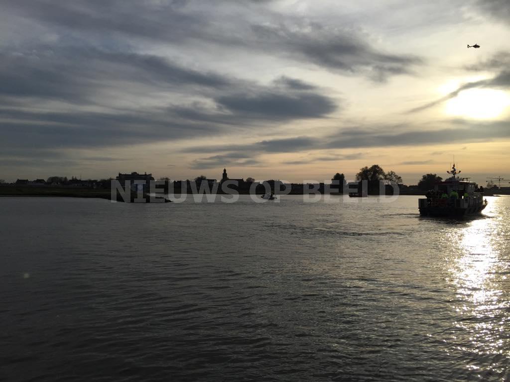 """Zoektocht naar """"vermist bootje"""" op Beneden Merwede levert niets op in Hardinxveld-Giessendam"""
