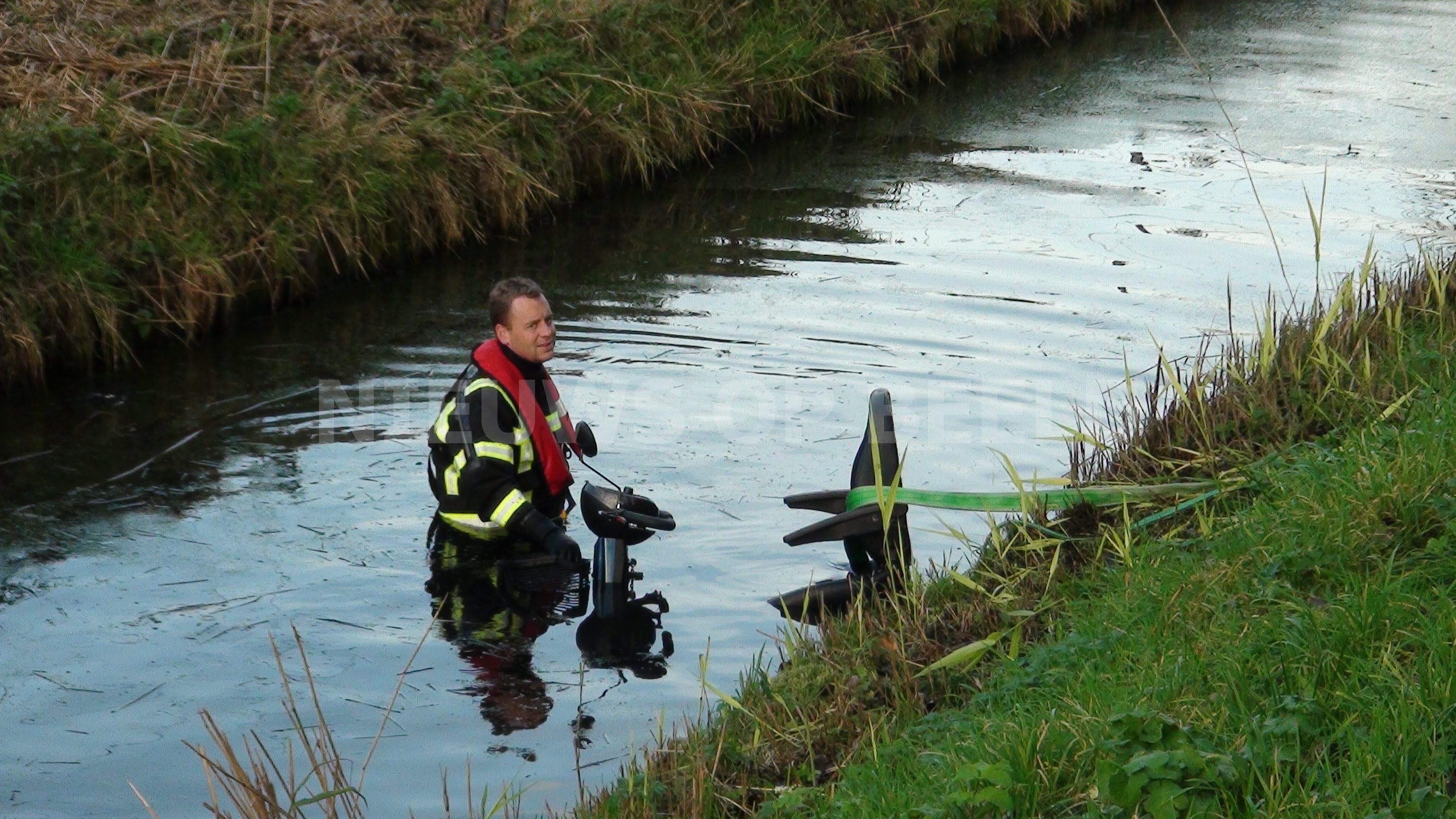 Oudere man te water op de Heuvelweg in Zoetermeer