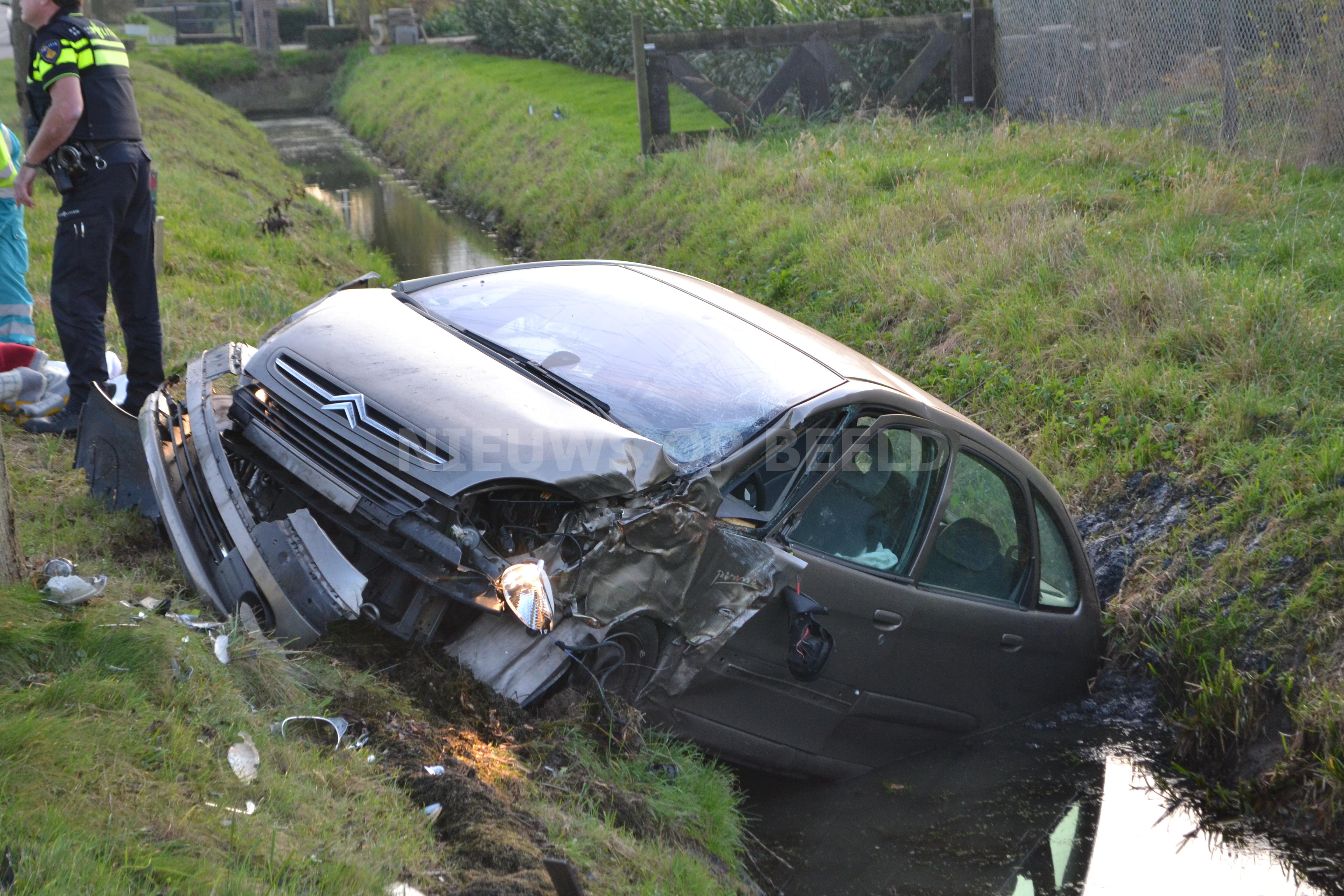 Auto rijdt sloot in bij eenzijdig ongeval N489 Maasweg Mijnsheerenland