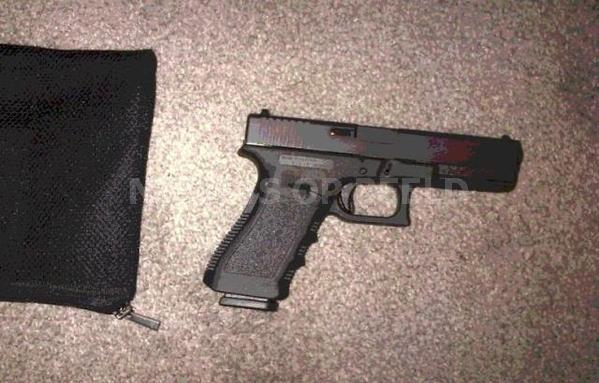 Drie donkergetinte mannen beroven Hagenaar (23) met vuurwapen Wijhestraat Den Haag; getuigen gezocht