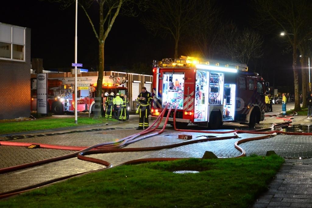 Grote brand in bedrijf voor trappen Rembrandstraat Oud-Beijerland