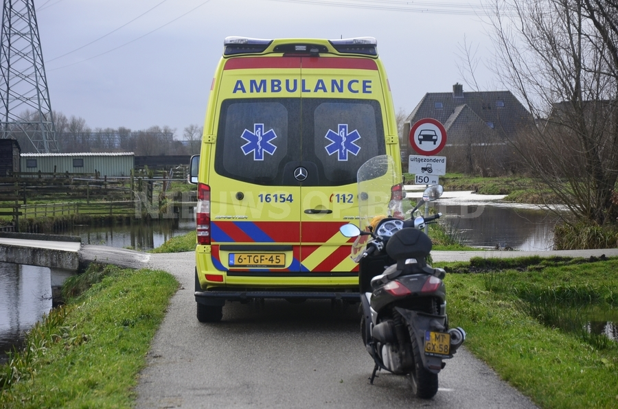 Motorrijder gaat onderuit en raakt net niet te water Tiendweg West Ouderkerk aan den IJssel
