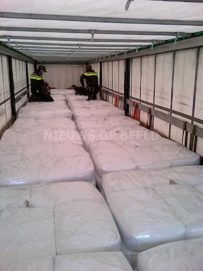 Tien Albanezen aangetroffen in laadruimte vrachtwagen Rijksweg A20
