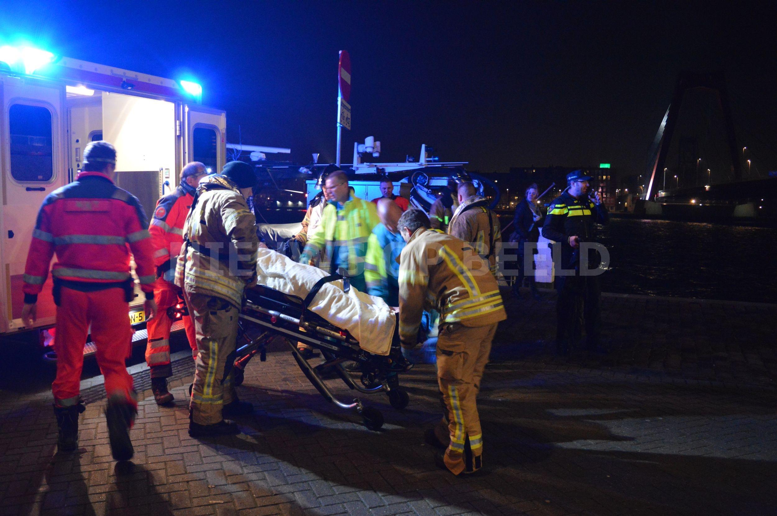 Man te water vanaf Willemsbrug Rotterdam gered uit ijskoude Maas door Zeehavenpolitie
