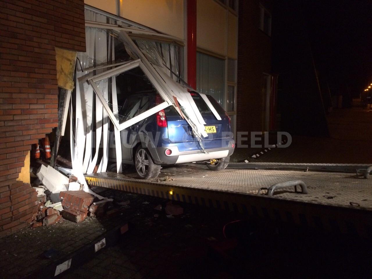 Automobilist rijdt bedrijfspand binnen Einsteinstraat Numansdorp