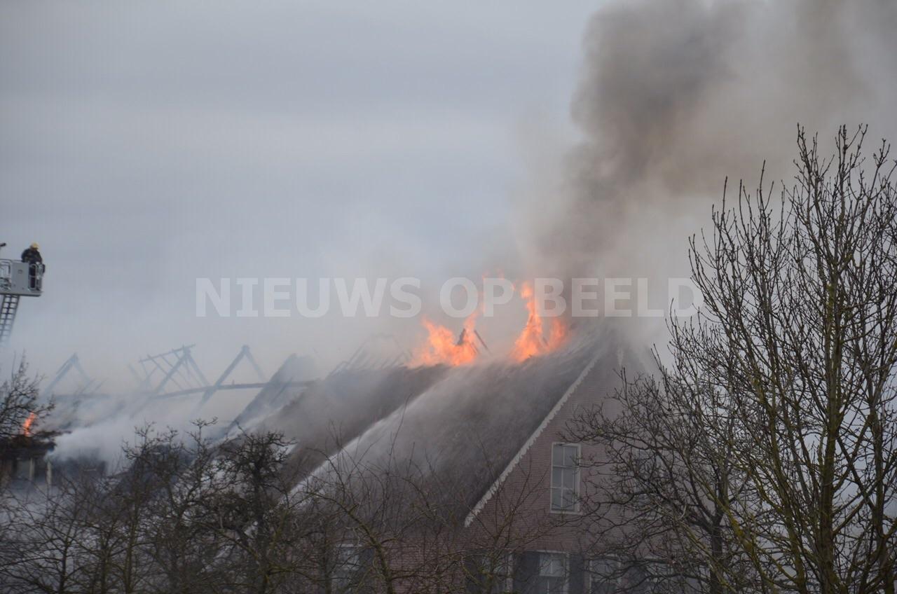 Grote brand in rietendak van woning Bovenberg Bergambacht