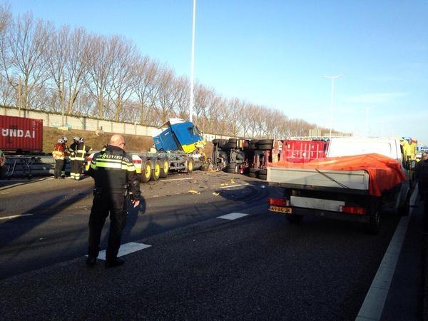 Chaos op N15 na ongeluk met vrachtwagens Botlek Rotterdam