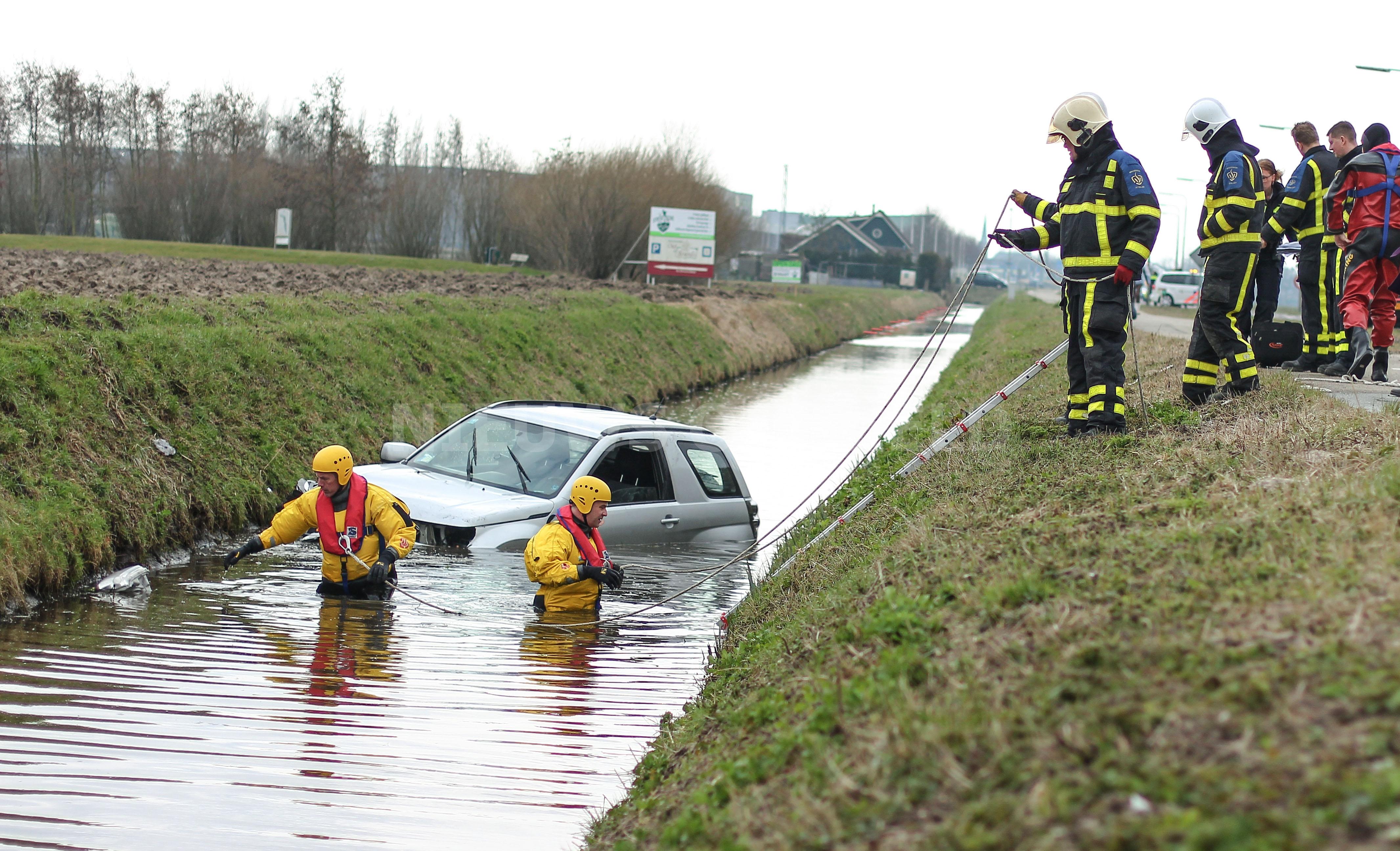 Automobilist raakt te water Trambaan N491 Strijen
