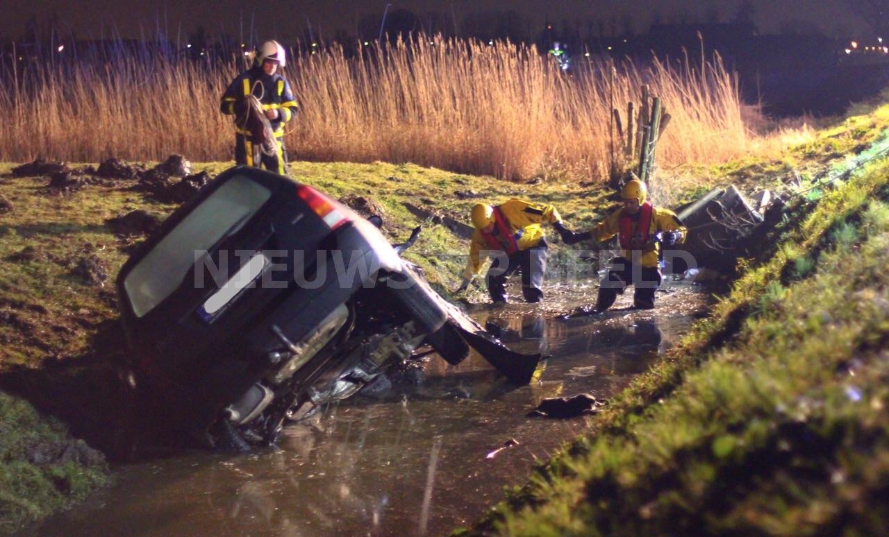 Twee gewonden na éénzijdig waterongeval met auto Hoekseweg Strijen