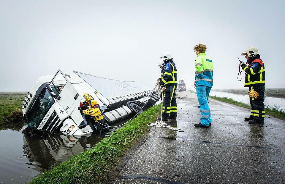 Vrachtwagen met stro beland in sloot Waleweg Strijen
