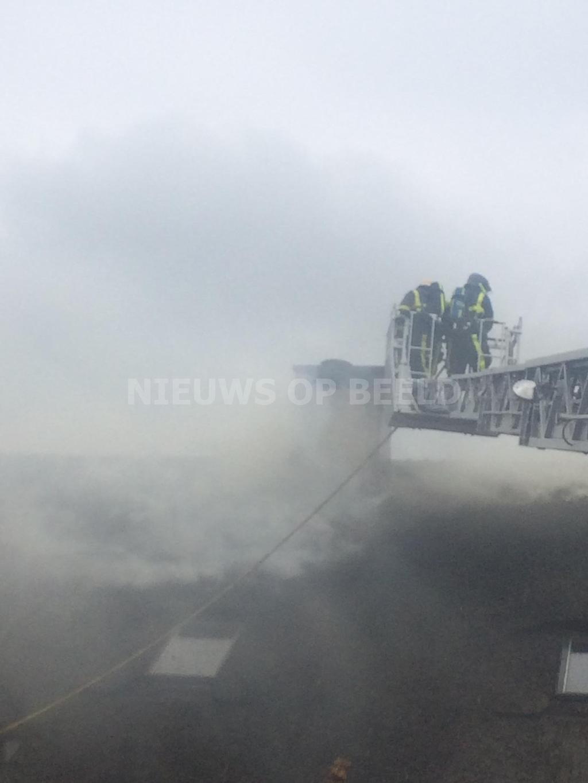 Grote brand in rieten dak woning Heulenslag Bleskensgraaf
