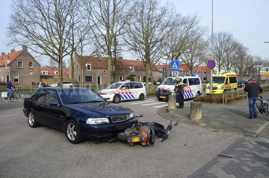 Ongeval tussen auto en scooter op de kruising Bredeweg met Julianalaan Haastrecht