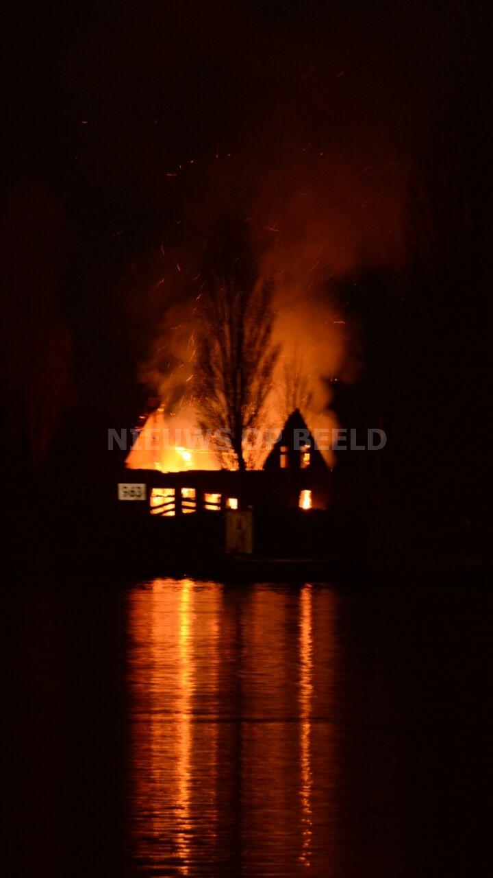Uitslaande brand op eilandje Rivierdijk Hardinxveld-Giessendam