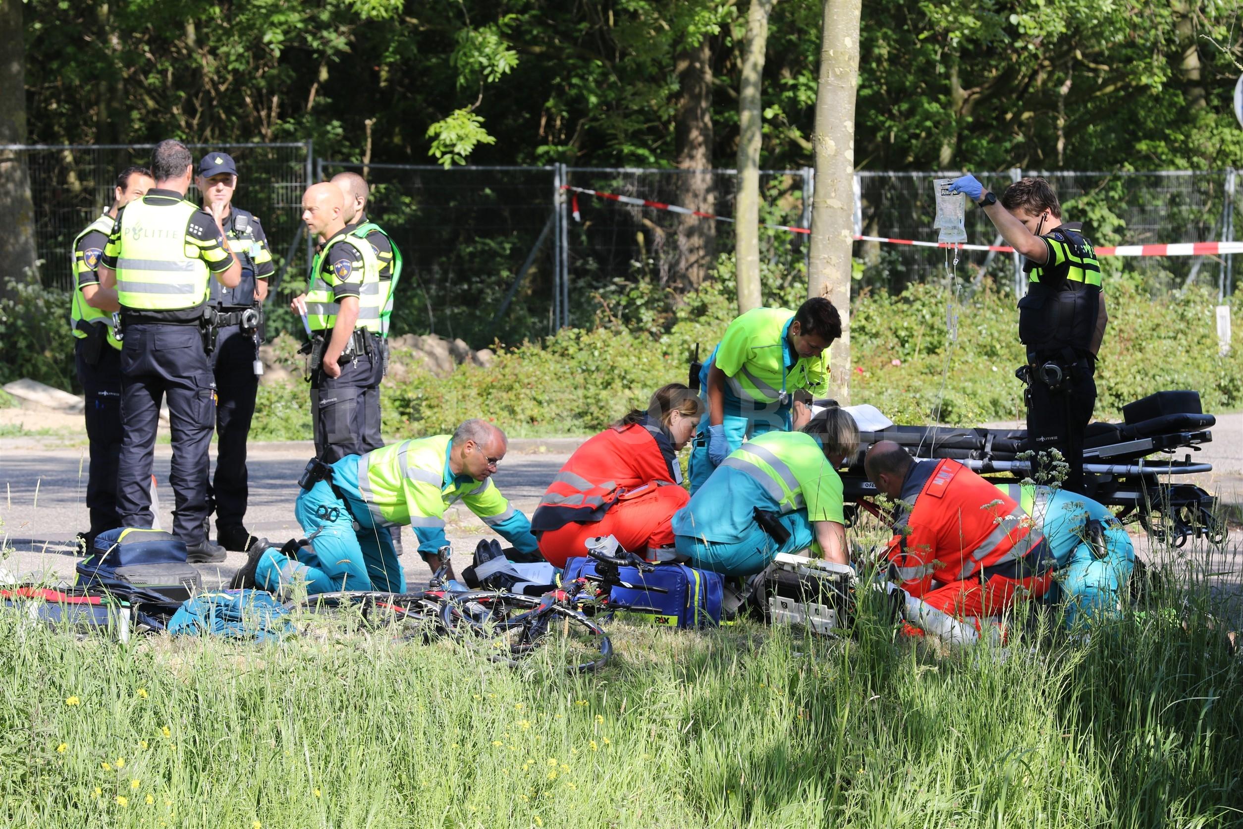 Racefietser met spoedtransport naar ziekenhuis na aanrijding met vrachtwagen Rijndijk Hazerswoude-Rijndijk
