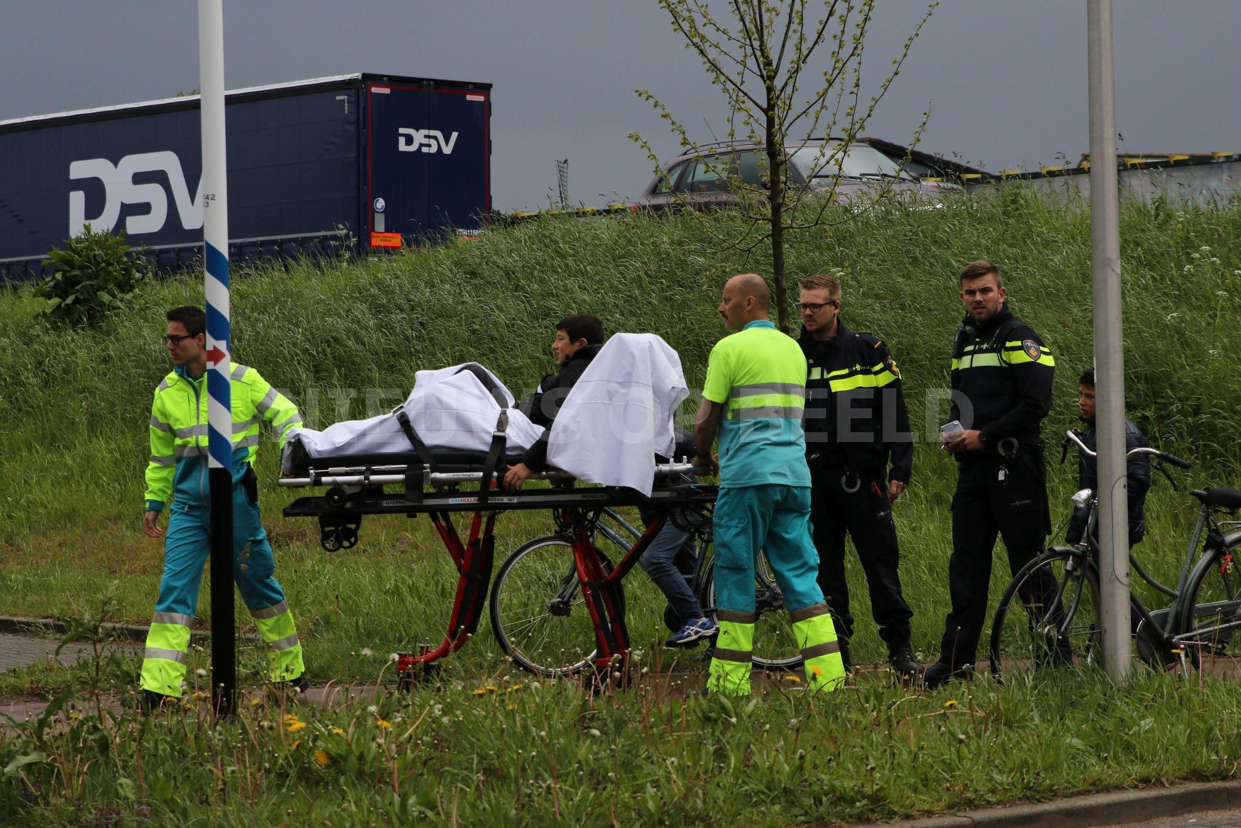 Omstanders zien jongen met fiets vallen en schieten te hulp Zijlstroom Leiderdorp