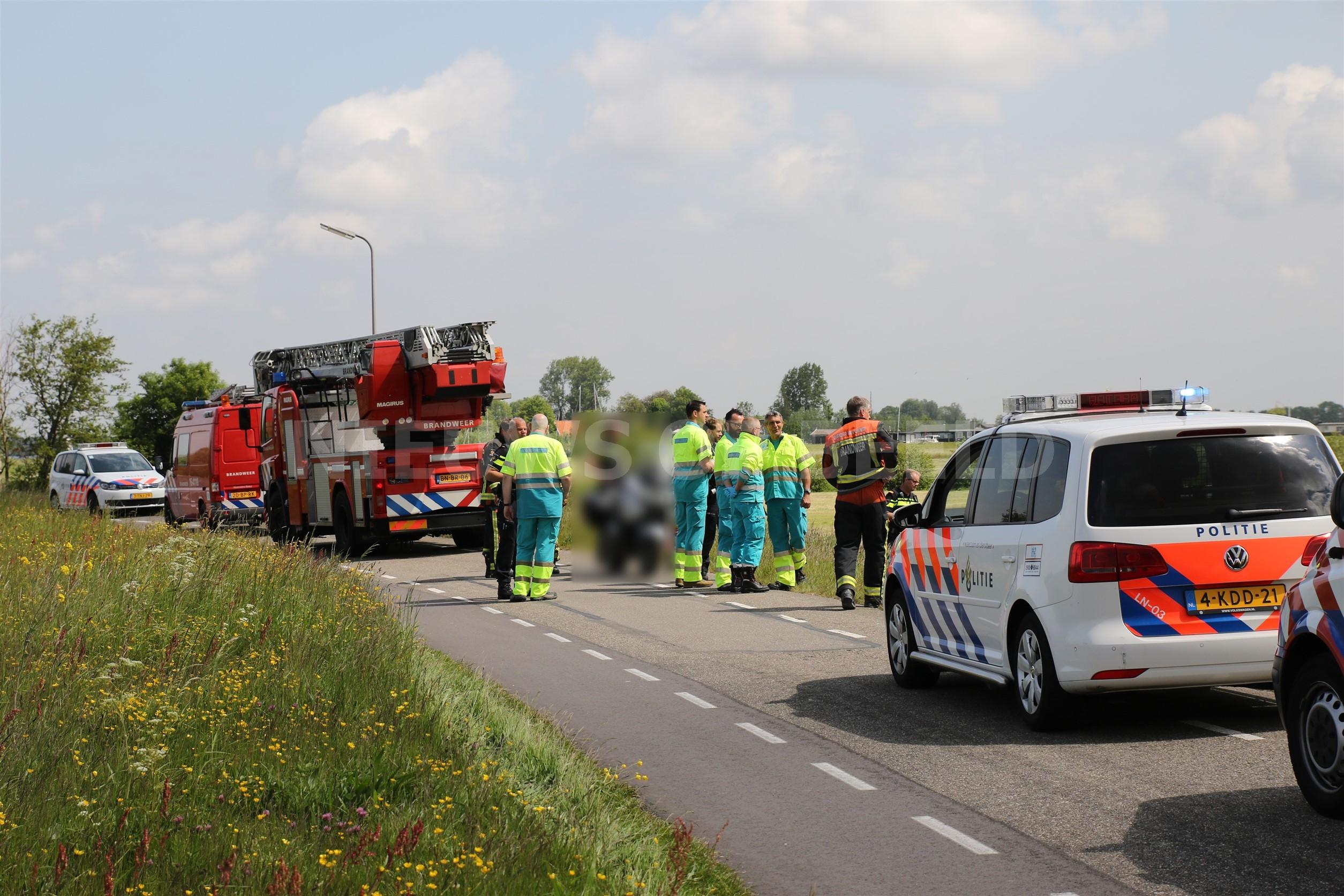 Hulpdiensten rukken massaal uit voor mogelijk motorrijder te water Zijldijk Warmond, bestuurder was hulp voor motor gaan halen