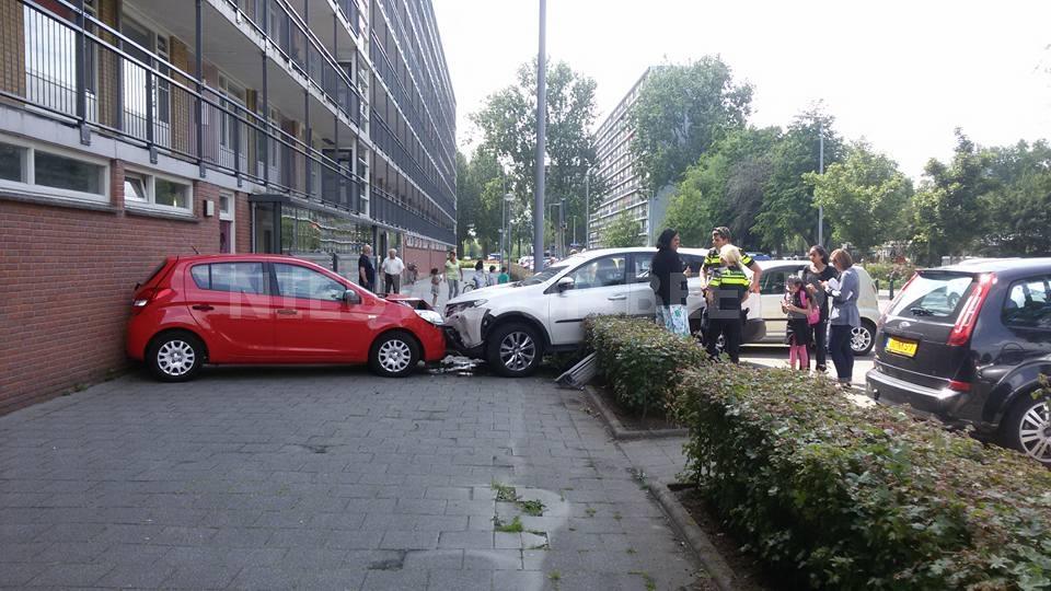 Automobilist rijdt vol gas geparkeerde auto tegen gevel aan Rodaristraat Rotterdam