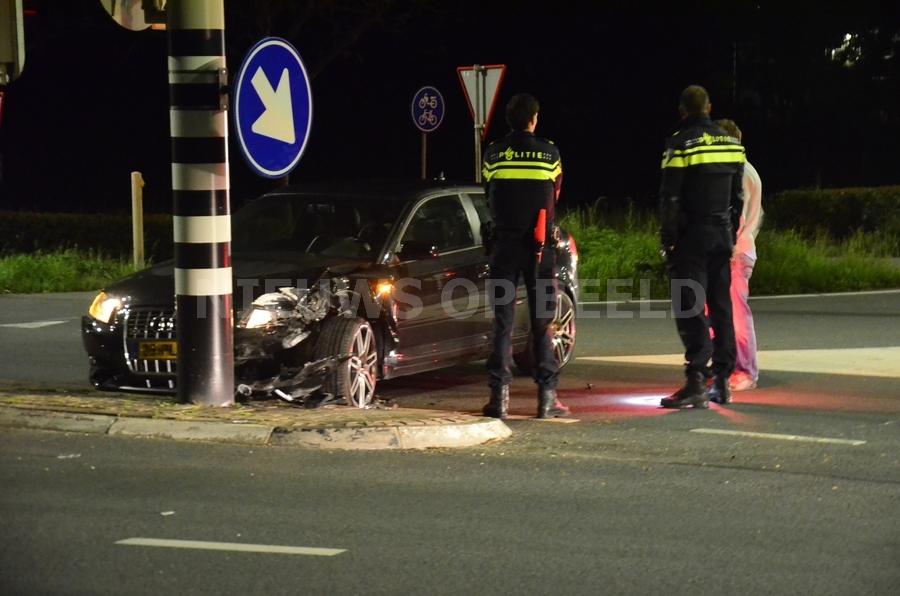 Automobilist botst frontaal op verkeerslicht N228 Haastrecht