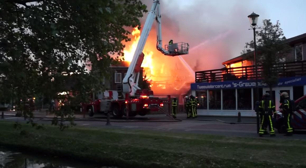 Café de Herberg uitgebrand na grote brand Langestraat 's-Gravendeel