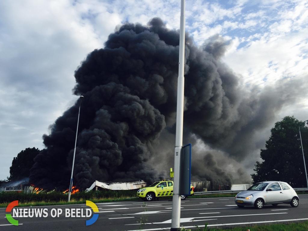Zeer grote uitslaande brand in loods met tuinmeubelen langs A58/A65 Koningshoeven Tilburg