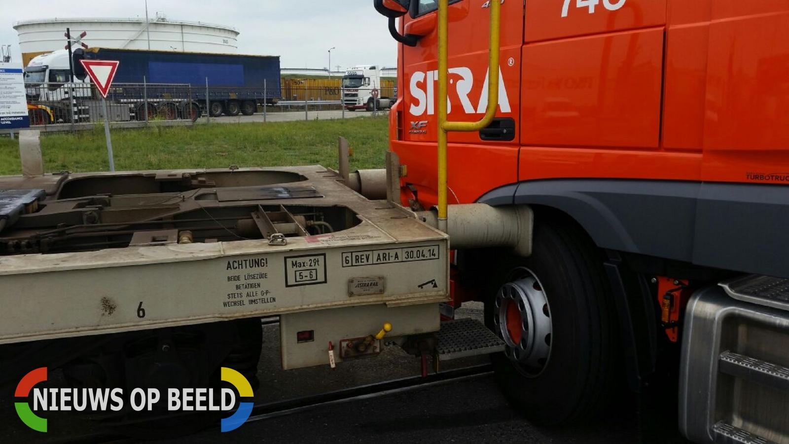 Vrachtwagen rijdt goederentrein op Elbeweg Europoort