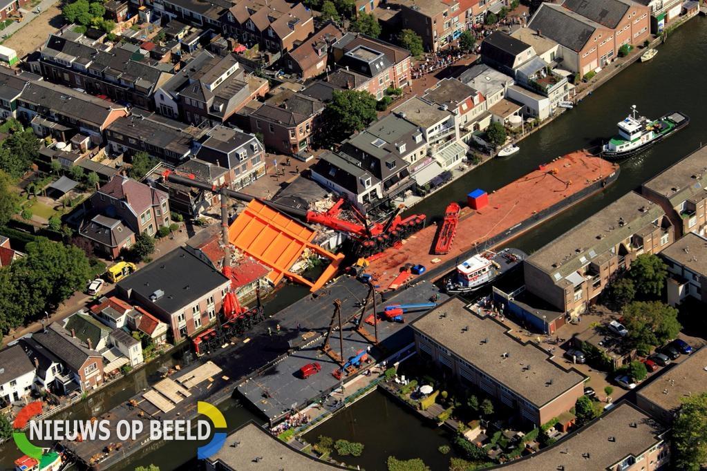 UPDATE 19:55 Samenvatting : Gewonden en enorme ravage nadat brugdek en kranen op huizen vallen Hooftstraat Alphen a/d Rijn