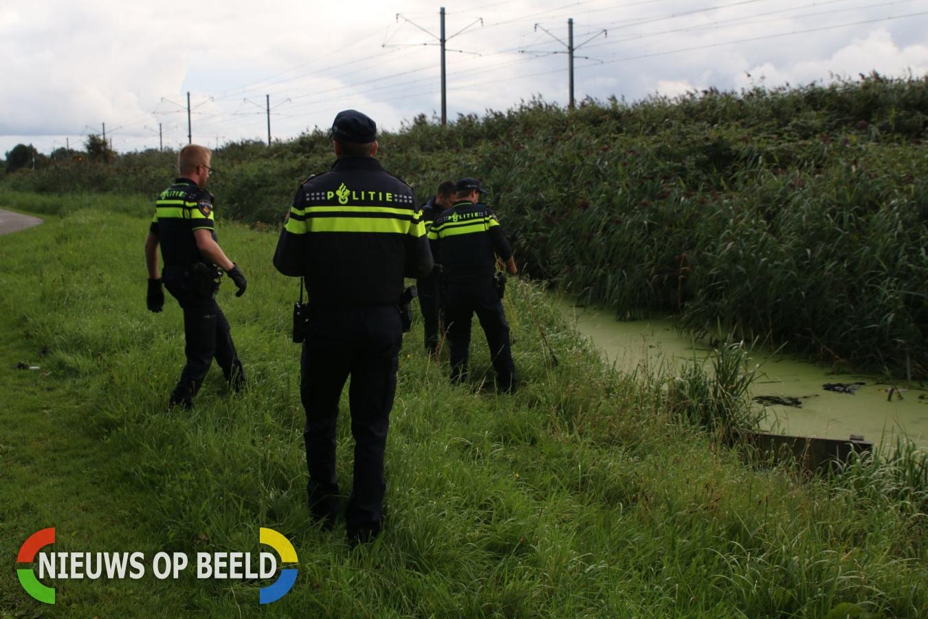 Politie onderzoekt kledingstukken in water Veerpolderpad Warmond
