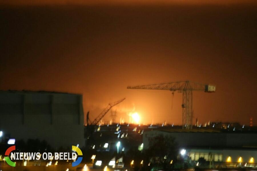 Fakkelbrand na mogelijk explosie bij Shell Moerdijk