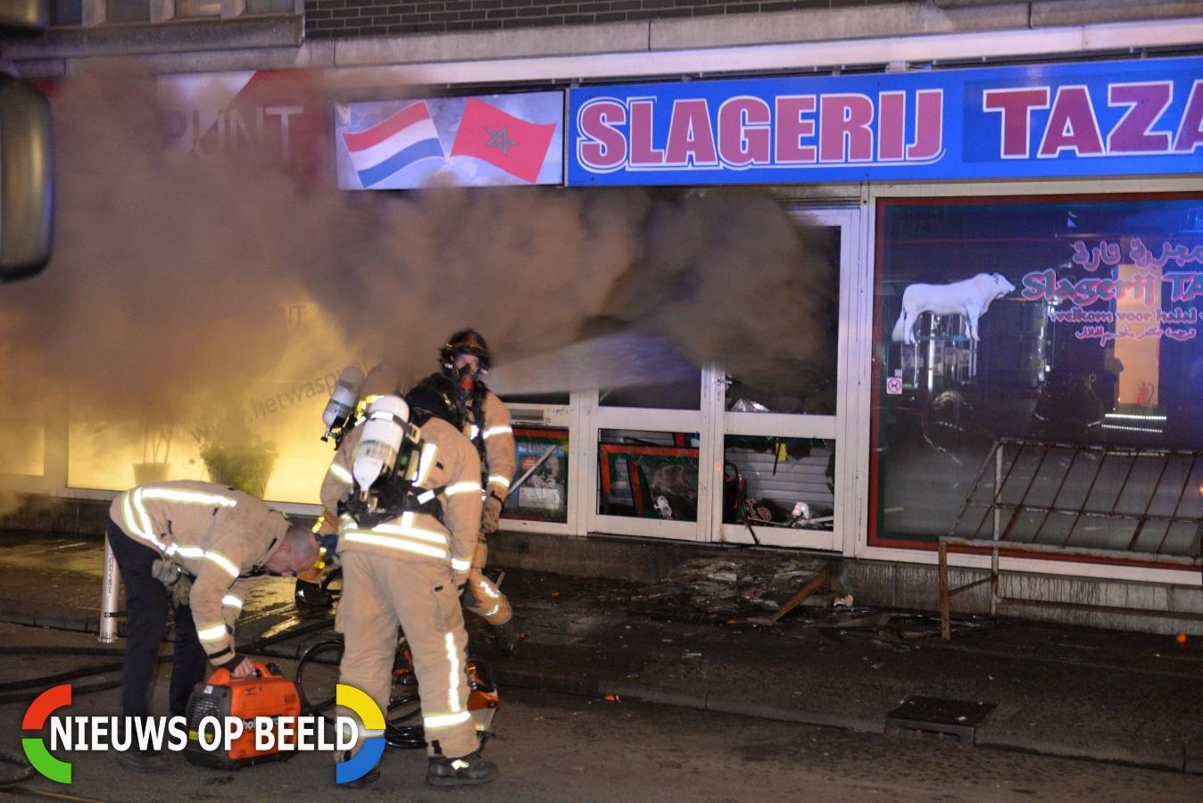 Felle brand verwoest slagerij, hulpverleners bekogeld met zwaar vuurwerk Goudse Rijweg Rotterdam (VIDEO)