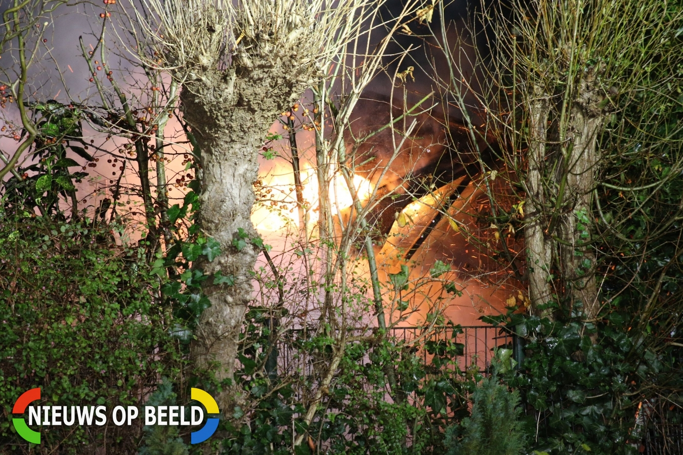 Tuinhuisje achter woning brand volledig uit Oosteinde Warmond