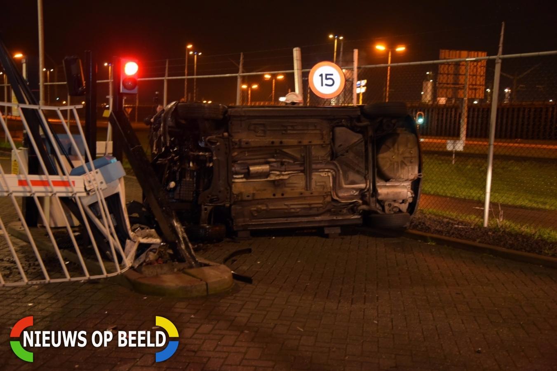 Automobilist crasht tegen toegangspoort van bedrijf Montrealweg Rotterdam-Botlek