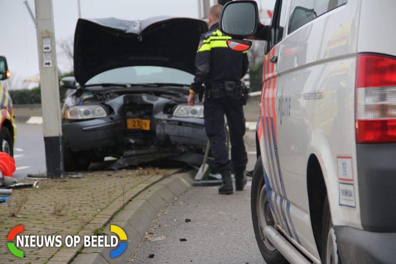Auto rijdt tegen paal Ketensedijk afrit Algerabrug Capelle