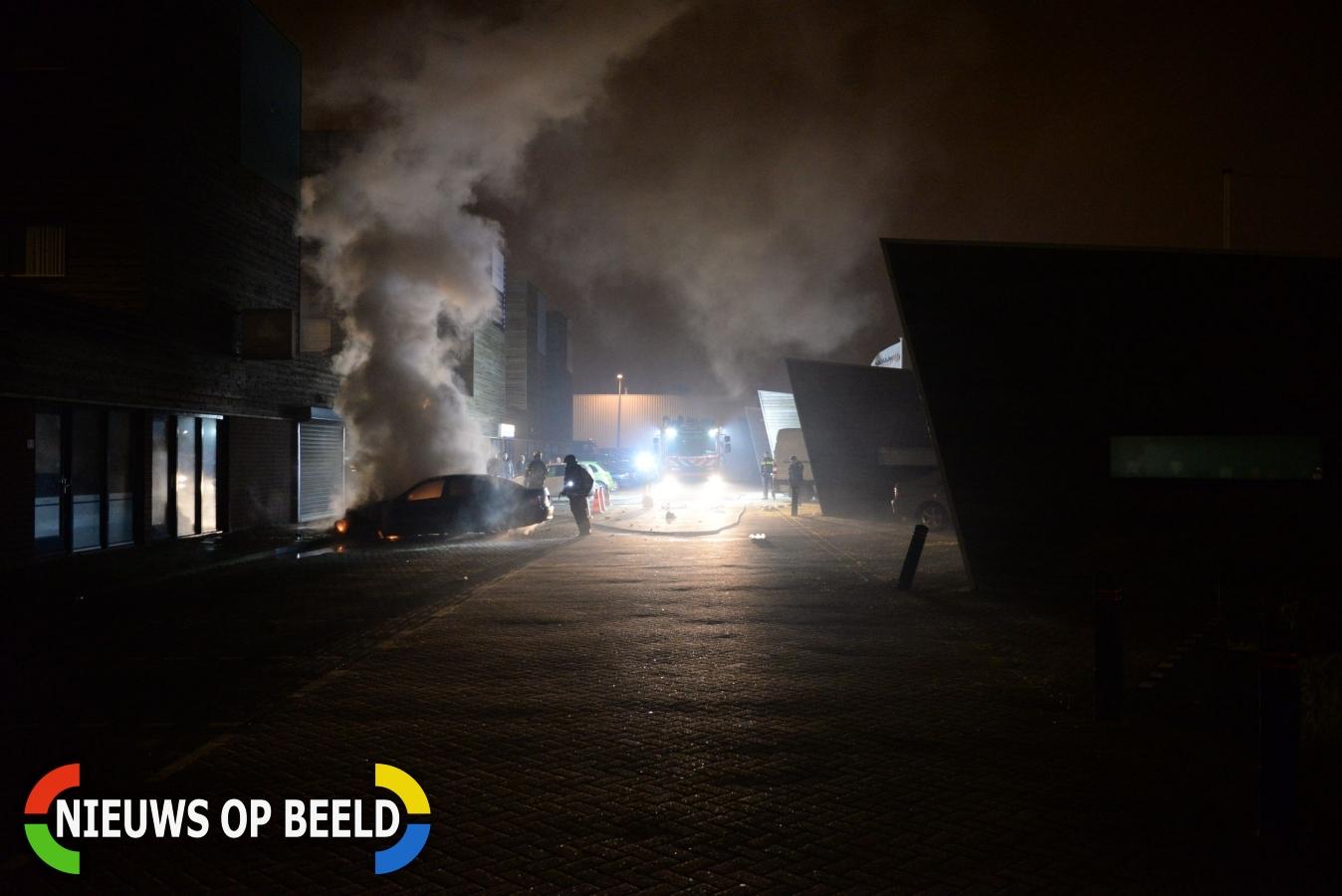 Auto in brand tegen gevel Cairostraat Rotterdam