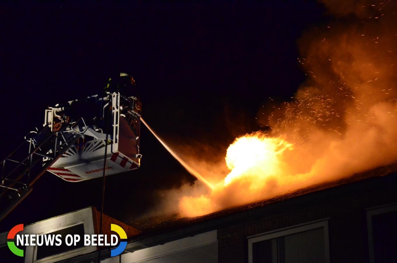 Uitslaande brand op dak van portiekwoningen Bernadottelaan Gouda
