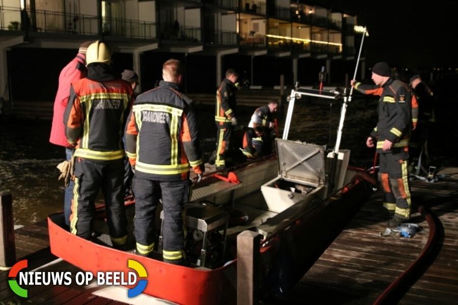 Brandweer rukt uit voor lekkage in eigen brandweerboot Galgekade Roelofarendsveen