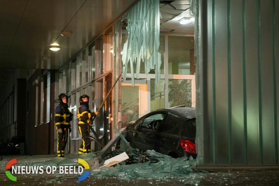 Ravage nadat auto flat binnen rijdt Randweg Alblasserdam