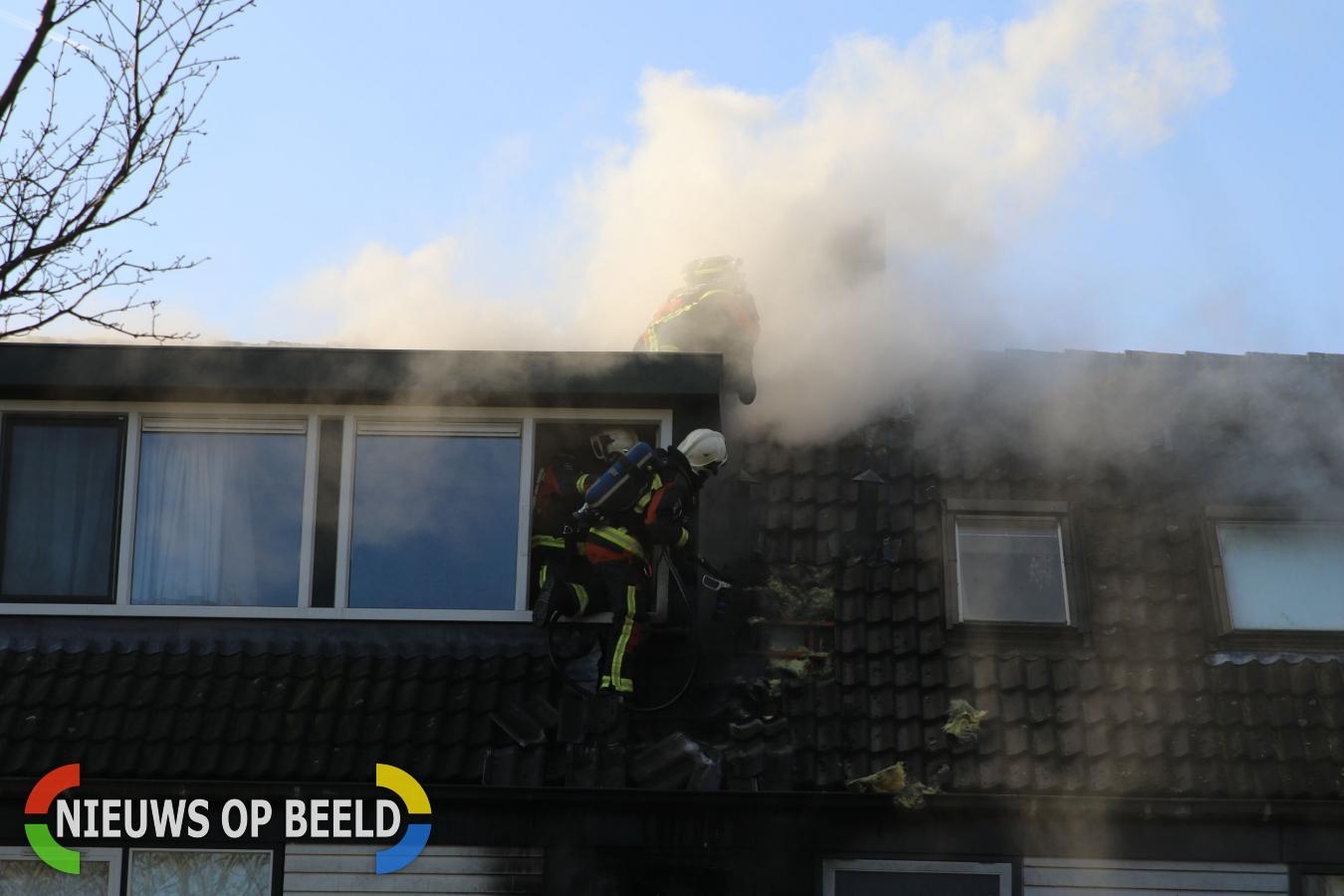 Hulpdiensten rukken uit voor brand op dak van woning Smaragdlaan Leiden