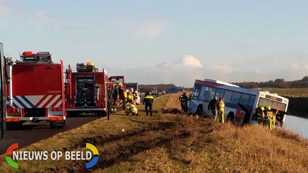 Onwel geworden buschauffeur raakt van de weg A7 Terwispel