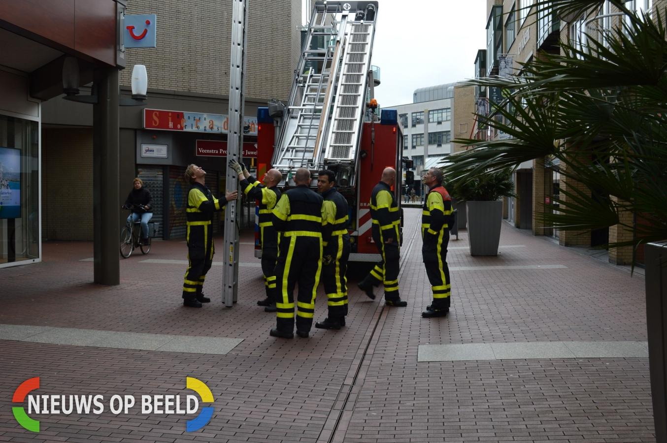 Brandweer haalt onderdeel van vlag af in het Stadshart Zoetermeer