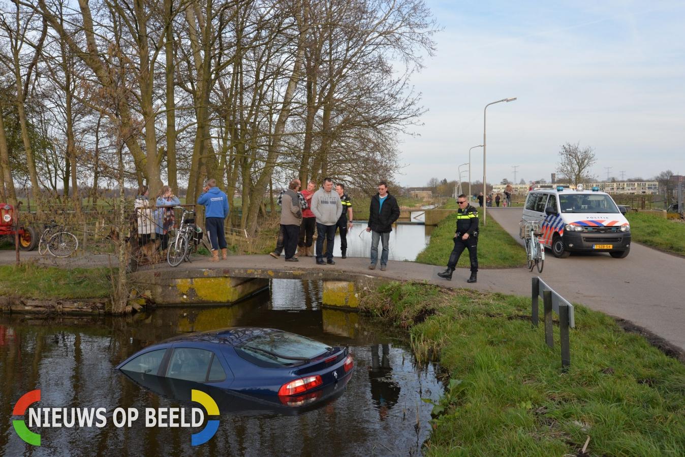 Hardrijdende automobilist gelanceerd door brug in sloot Oude Tiendweg Krimpen aan de Lek