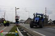 Tractor midden op de spoorwegovergang gekanteld Bredeweg N456 Zevenhuizen (VIDEO)