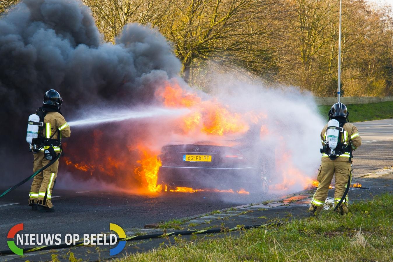 Auto gaat volledig in vlammen op Burgemeester van Beresteijnlaan Capelle aan den IJssel