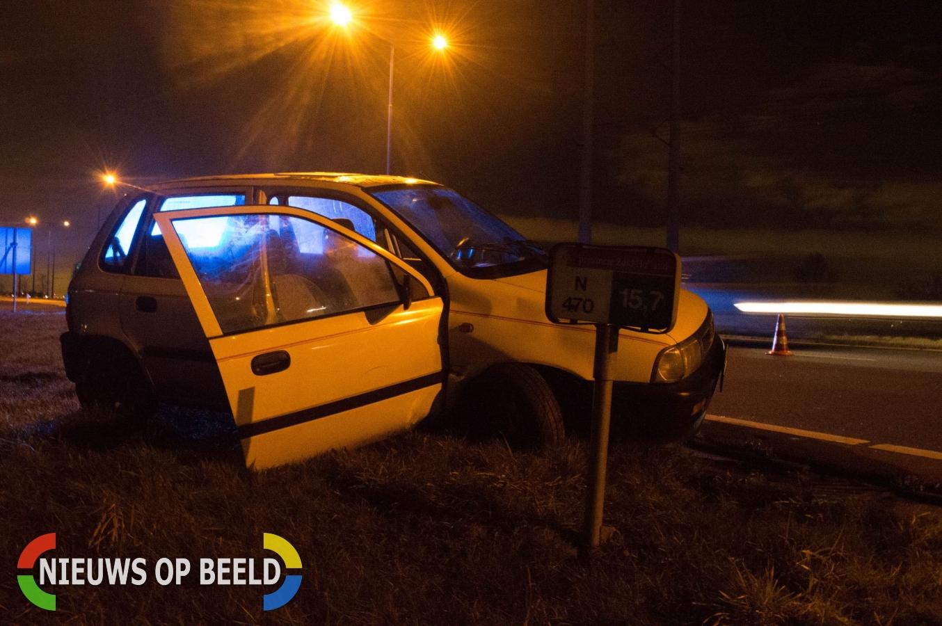 Auto vliegt uit de bocht op de Oostweg in Zoetermeer