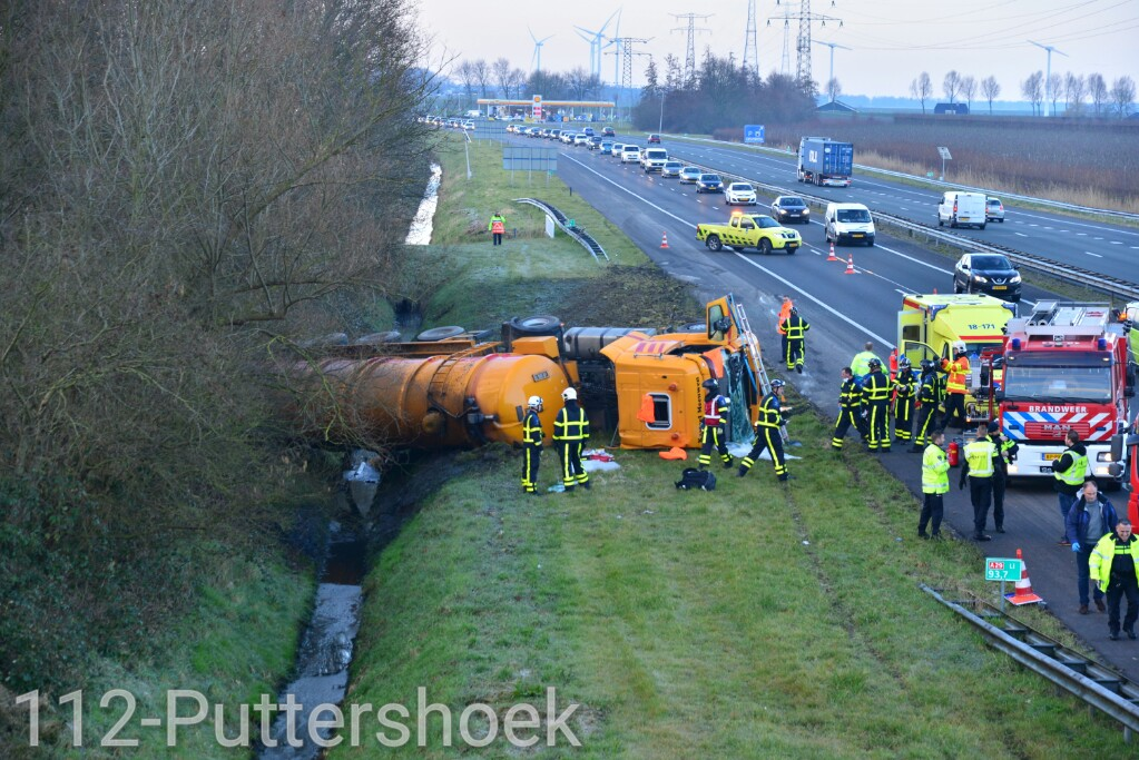 Chauffeur bekneld na gekantelde vrachtwagen geladen met mest A29 Numansdorp